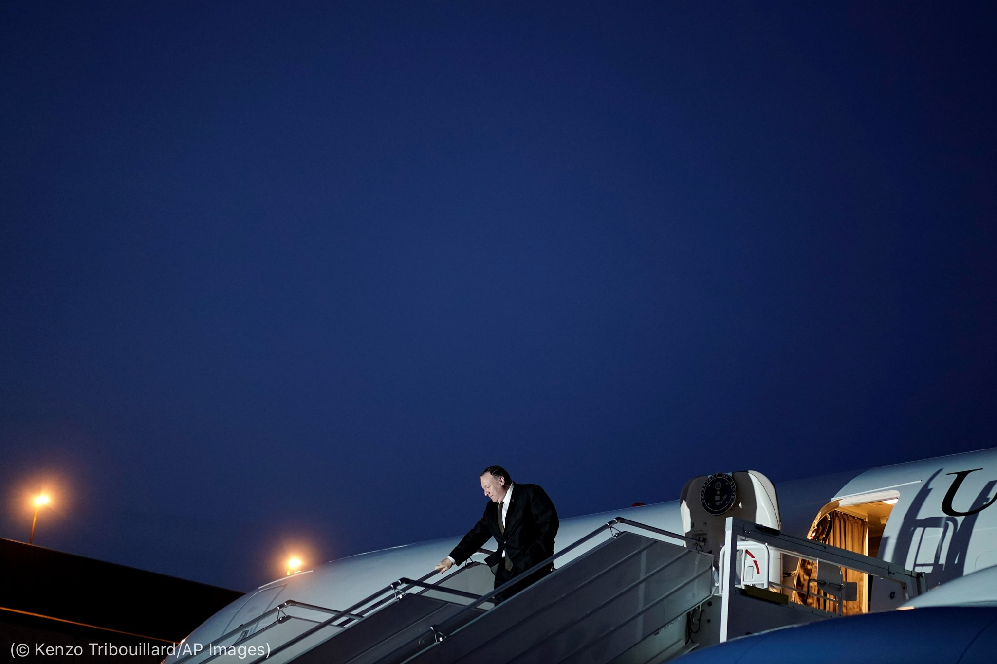 Secretário Pompeo desembarcando de avião (© Kenzo Tribouillard/AP Images)