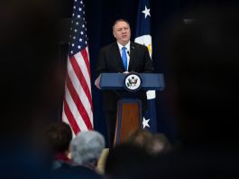 Secretary Pompeo speaking at lectern (© Matt Rourke/AP Images)