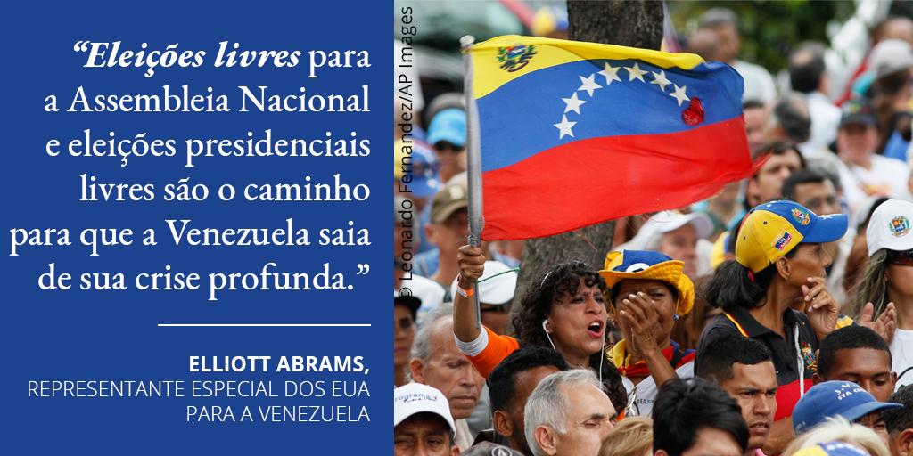 Gráfico com citação de Abrams ao lado de foto de mulher agitando a bandeira venezuelana em meio a manifestantes (Depto. de Estado/Foto: © Leonardo Fernandez/AP Images)
