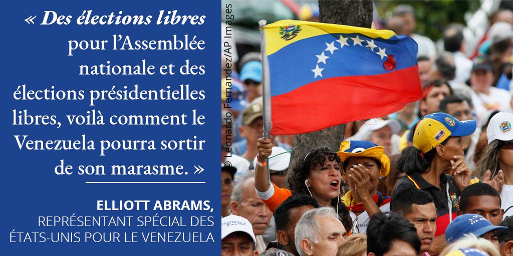 Infographie avec une citation d'Elliott Abrams à côté d'une photo d'une femme brandissant un drapeau vénézuélien au milieu de manifestants (Département d'État/Photo © Leonardo Fernandez/AP Images)