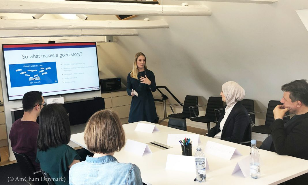 Woman giving presentation to refugees (© AmCham Denmark)