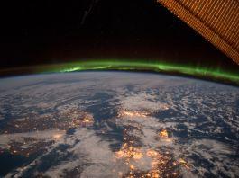 Aurora berwarna hijau membentang di atas Bumi, dilihat dari luar angkasa (NASA)