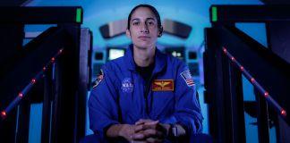 Джасмин Могбели, кандидат в астронавты NASA, позирует на фотографии