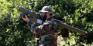 2017年,一名真主党武装分子在黎巴嫩南部与以色列交界的地区准备发射一枚伊朗制造的防空弹。(© Hussein Malla/AP Images)