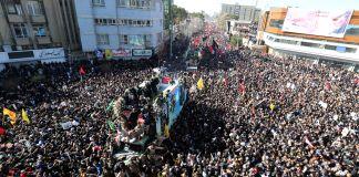 Caixões transportados por multidões de pessoas no Irã (© AP Images)