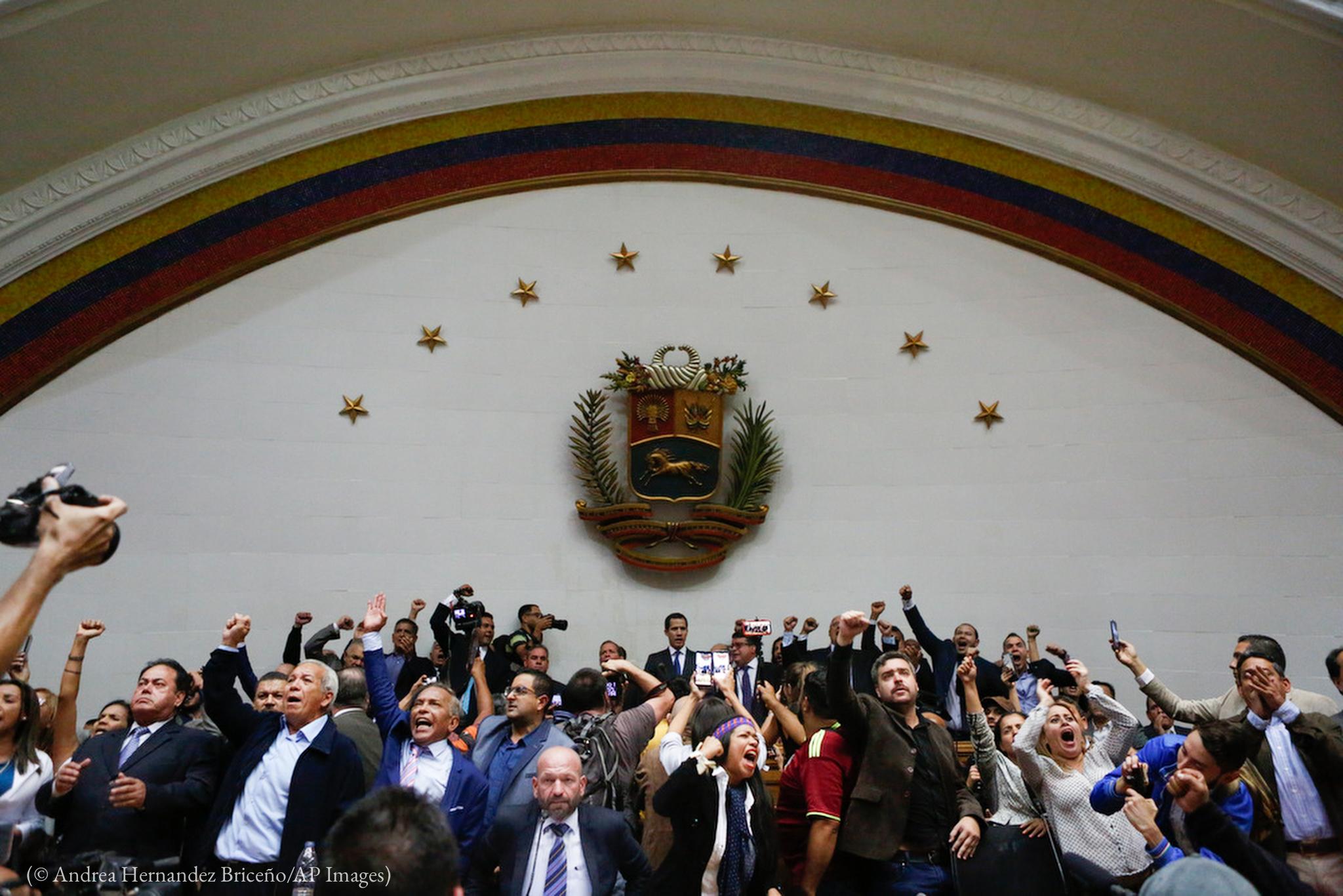 Des gens joyeux, levant les bras (© Andrea Hernandez Briceño/AP Images)