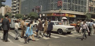 People crossing city crosswalk in front of cars (© Roy Essoyan/AP Images)