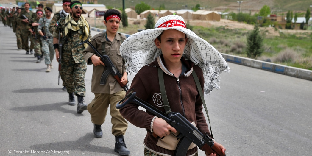 Jóvenes soldados marchando (© Ebrahim Noroozi/AP Images)