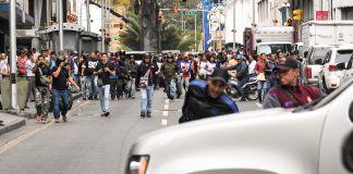 1月15日,马杜罗的支持者在卡拉卡斯街头袭击了前往联邦立法宫的议员的车队。(© Yuri Cortez/AFP/Getty Images)