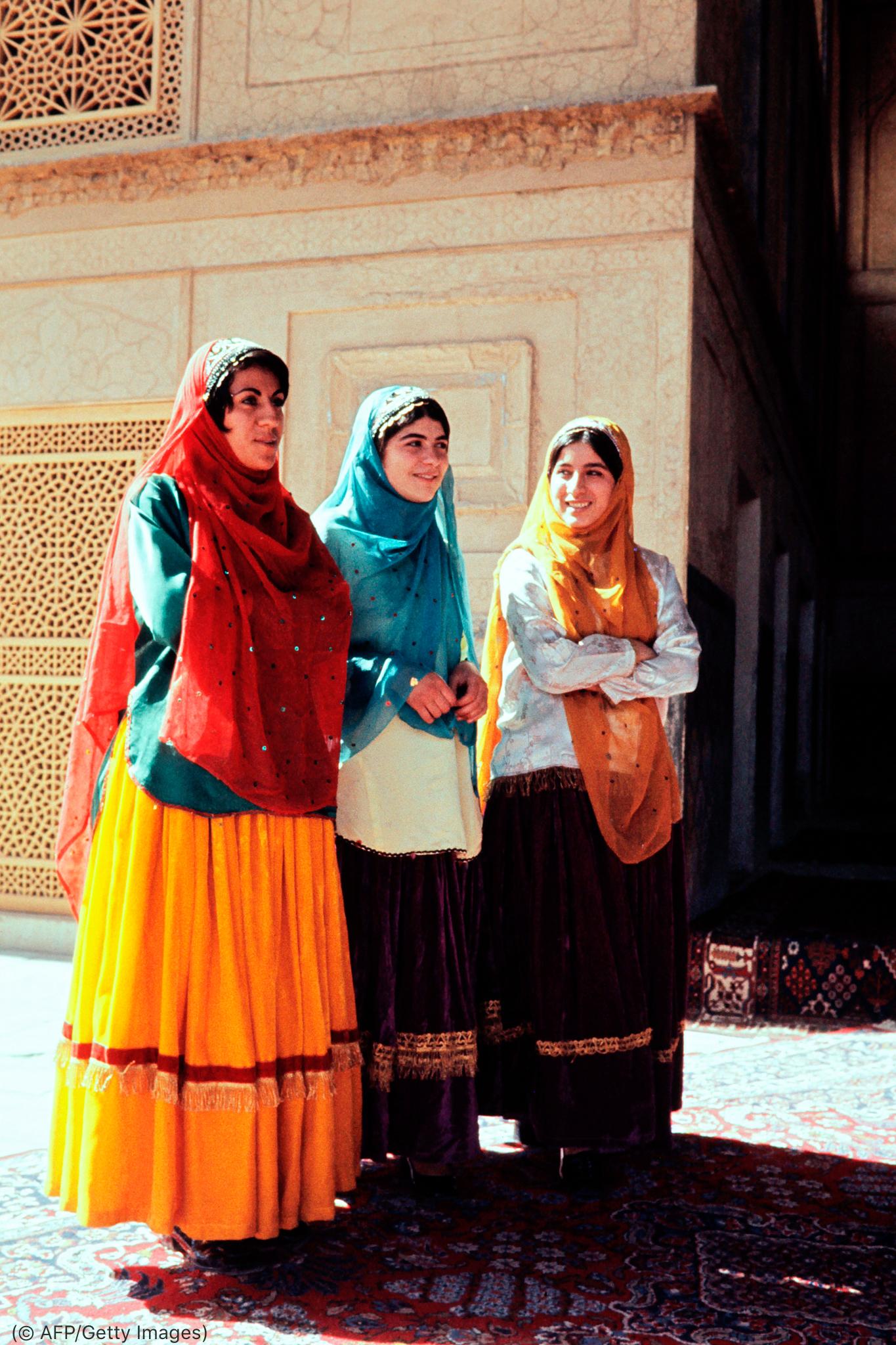 Tres mujeres con ropa de colores (© AFP/Getty Images)