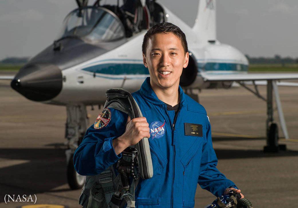 Hombre parado frente a un avión (NASA)