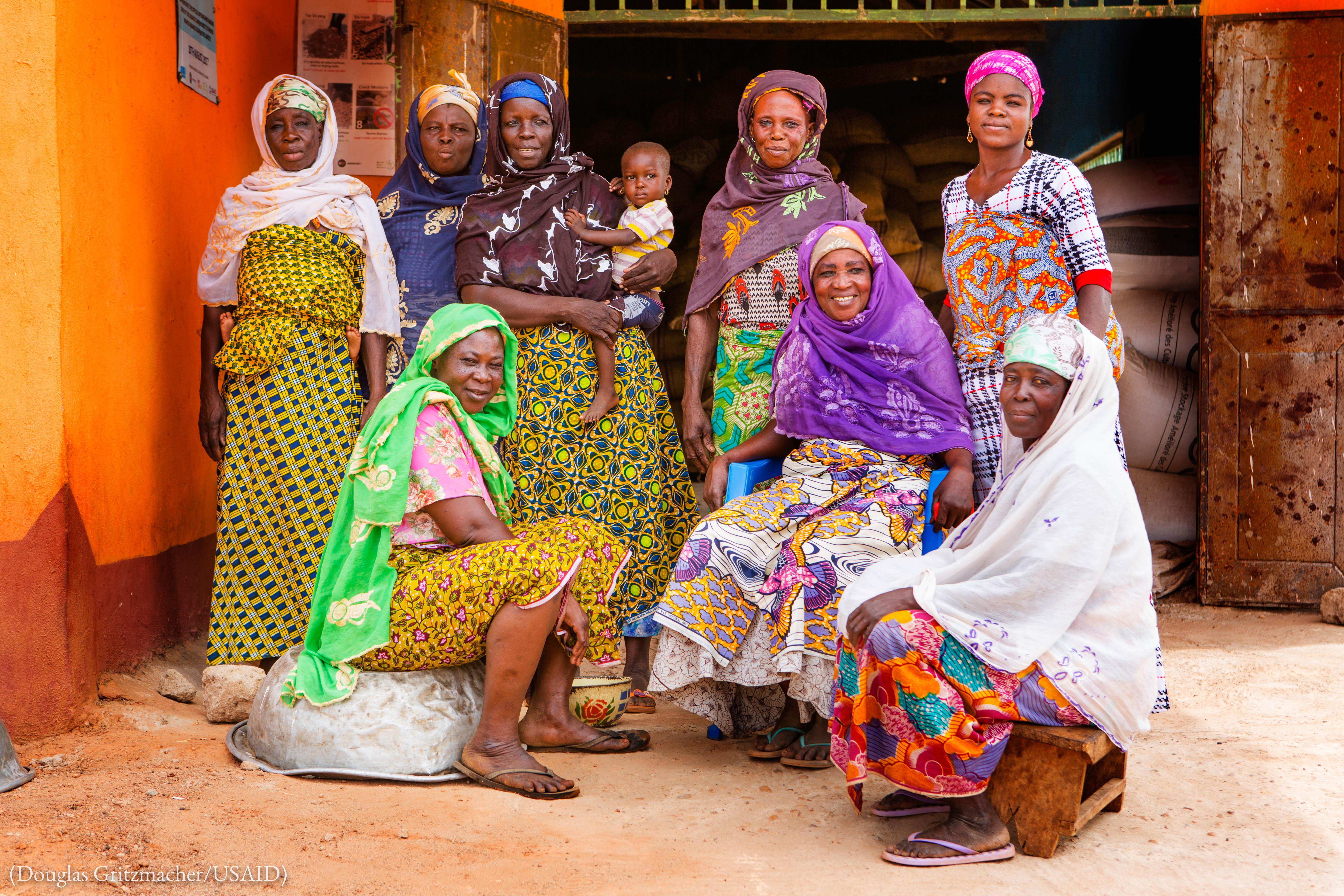 عورتوں کا ایک گروپ۔ (Douglas Gritzmacher/USAID)