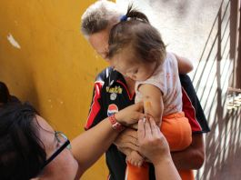 Child being given shot in arm (PAHO/WHO/Sabina Rodriguez)