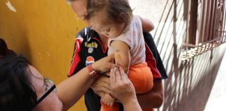 Une seringue piquée dans le bras d'un enfant (PAHO/WHO/Sabina Rodriguez)
