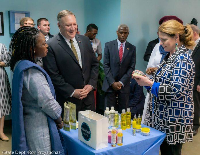 Госсекретарь Помпео и другие рассматривают предметы, выложенные на стол (State Dept./Ron Przysucha)