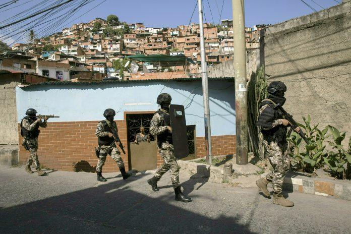 Polícia de estilo militar em patrulha (© Rodrigo Abd/AP Images)