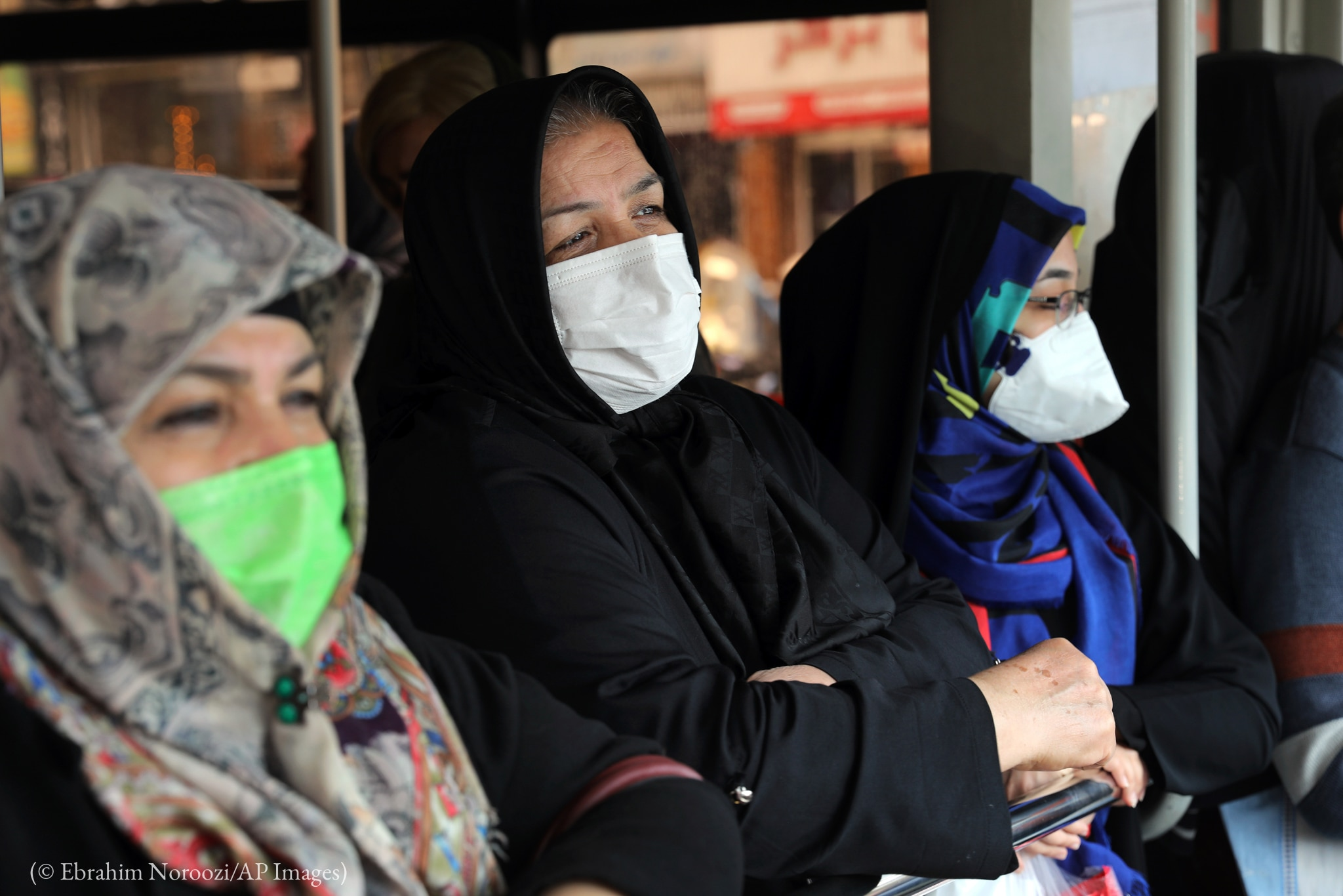 Mujeres con máscaras para cirugía (© Ebrahim Noroozi/AP Images)
