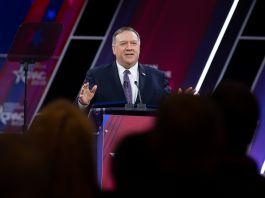 蓬佩奥国务卿在讲台上发表讲话(© Jose Luis Magana/AP Images)