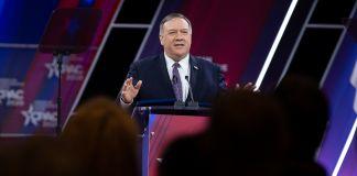 Menteri Pompeo di podium berbicara kepada khalayak (© Jose Luis Magana/AP Images)