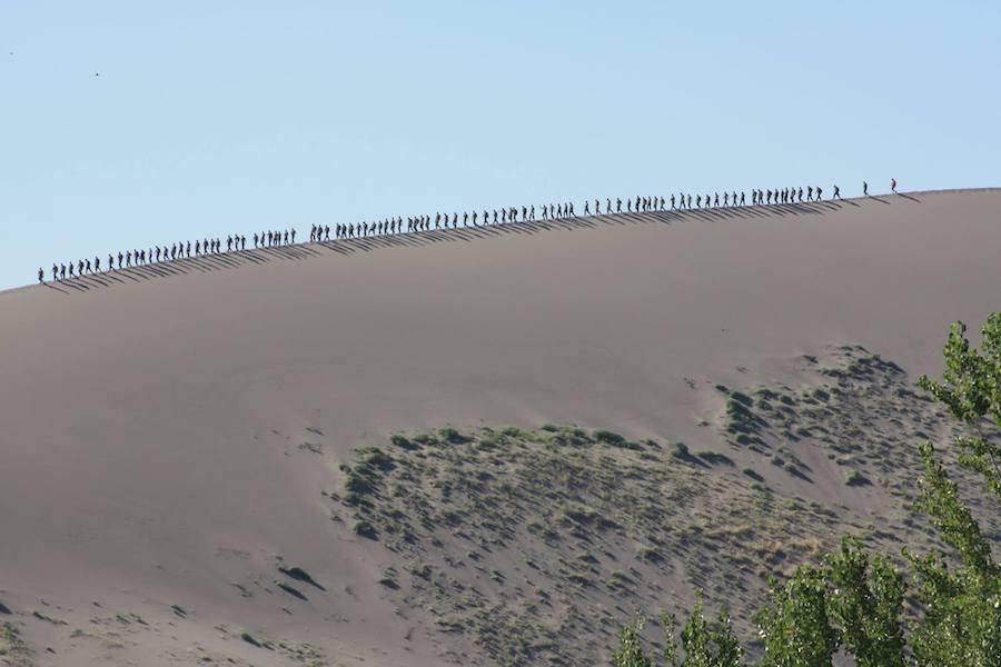 攀登沙丘和在狭窄的山脊上行走,尤其是因为那里经常刮起大风,所以是对体力和平衡能力的考验。这是美国海军陆战队在那里进行训练。
