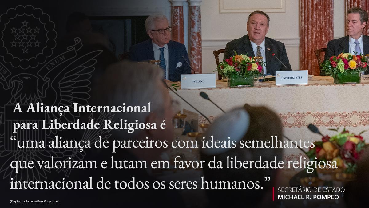 Nesta foto: secretário Pompeo à mesa com outras pessoas e citação sobreposta sobre a Aliança Internacional para Liberdade Religiosa (Depto. de Estado/Ron Przysucha)