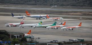Airplanes sitting on tarmac viewed from distance (© Marco Bello/Reuters)