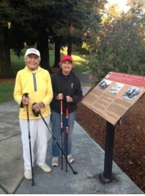住在附近的两位邻居,分别为94岁和92岁,常常天不亮就来铁马步道走路。在路上他们会结交新老朋友。(图片取自旧金山东湾地区公园脸书网页/Mary Prevetz)