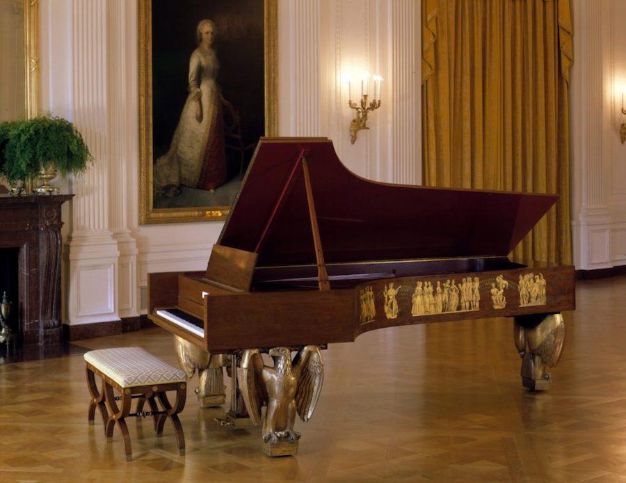 这是白宫现在摆放的钢琴,它是1938年史坦威公司出厂的第30万台钢琴,赠送给当时的总统小罗斯福。它替换了1903年的第10万台史坦威钢琴,该钢琴现在史密森尼博物馆展出。(白宫历史协会)