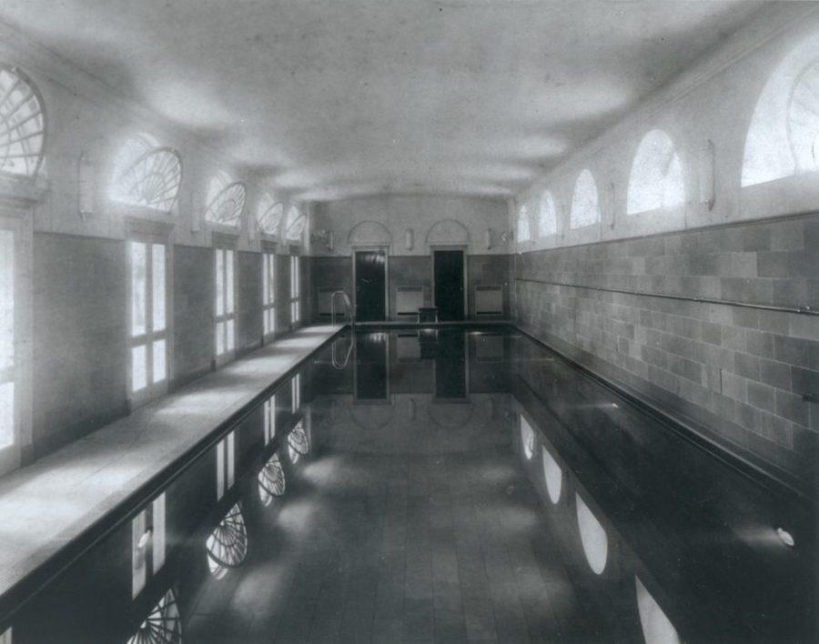 这是1933年白宫为小罗斯福总统修建的室内游泳池。小罗斯福因病导致下肢萎缩,游泳对他身体有益,当时纽约每日新闻(New York Daily News)发起众筹,为这座游泳池提供了建设经费。现在白宫有一座室外游泳池,而老游泳池上面则改建成现在的白宫新闻发布室。(白宫历史协会)