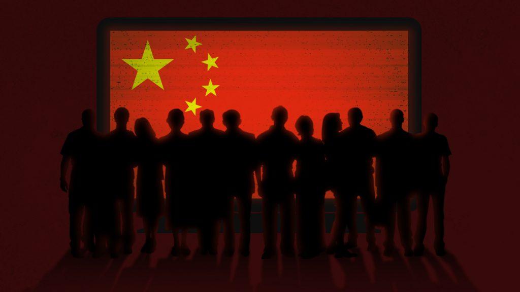 چینی جھنڈے کو دیکھتے ہوئے لوگوں کے ایک گروپ کے ہیولوں کا تصویری خاکہ۔ (State Dept./D.Thompson)