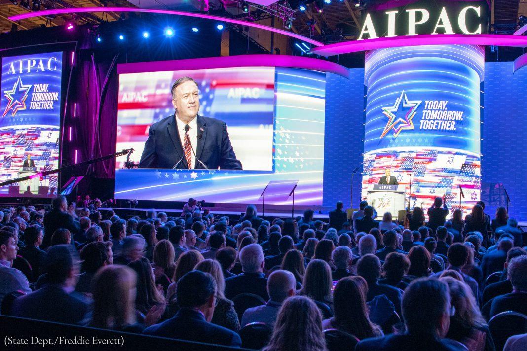 پومپیو مجمعے سے خطاب کر رہے ہیں اور اُن کے پیچھے اُن کی تصویر سکرین پر دکھائی دے رہی ہے۔ (State Dept./Freddie Everett)