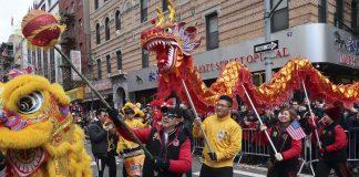 纽约中国城庆祝春节舞狮队(照片:美联社)