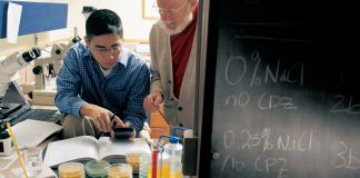Professor working with undergraduate student in a lab (© Bill Denison/Drew University/Getty Images)