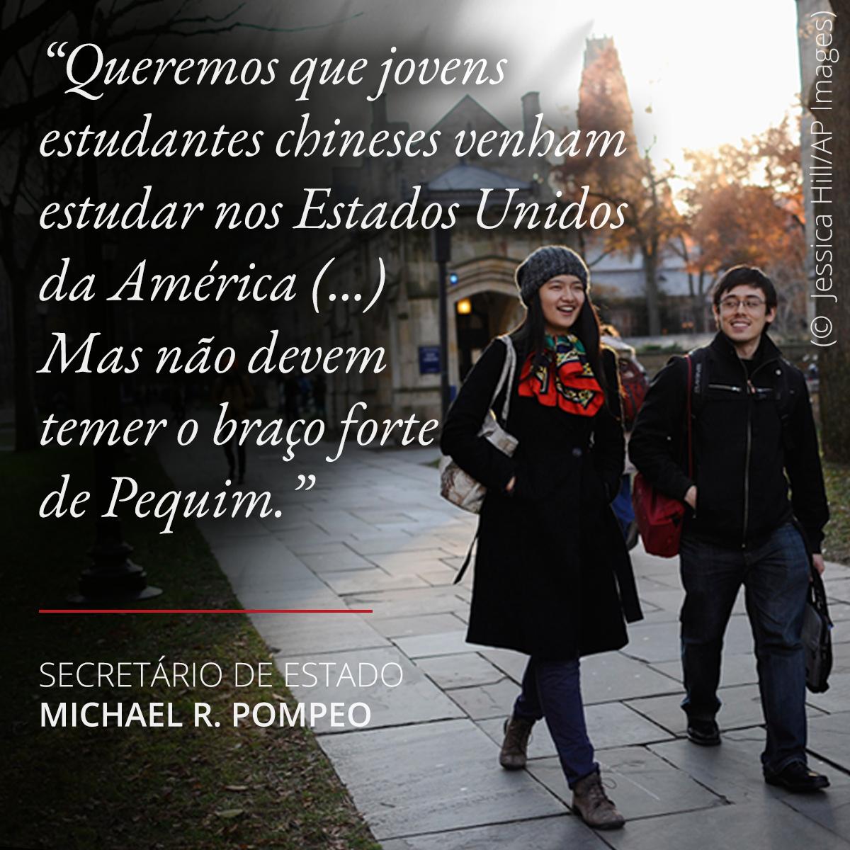Foto de duas pessoas caminhando e citação de Pompeo sobre liberdade acadêmica para estudantes chineses nos EUA (© Jessica Hill/AP Images)