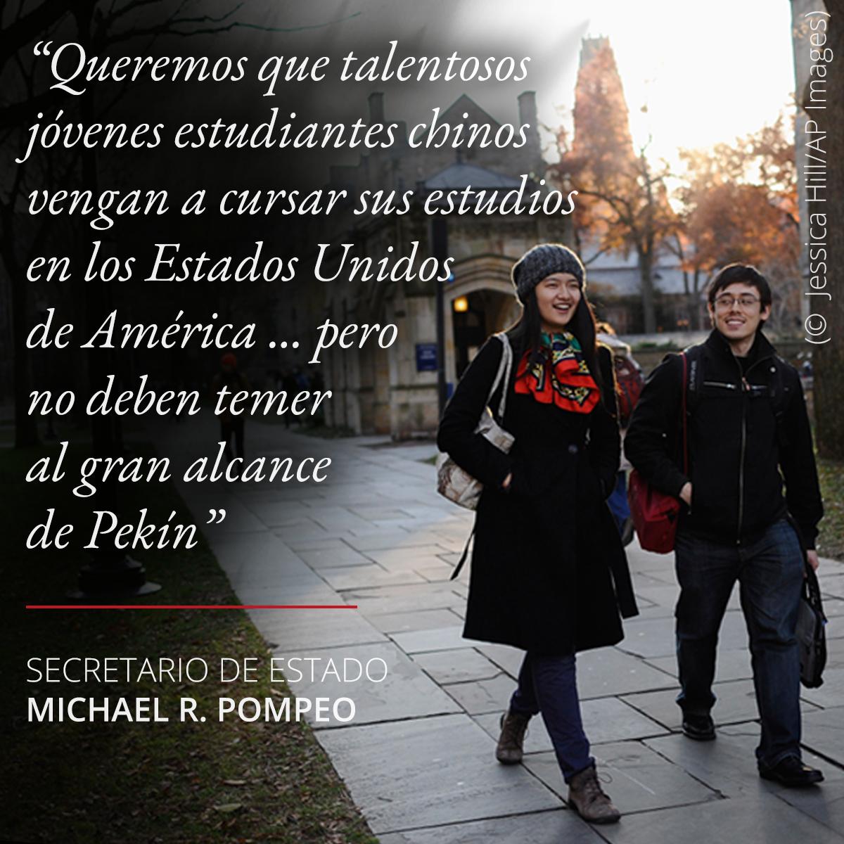 Foto de dos personas caminando, cita de Pompeo sobre la libertad académica para los estudiantes chinos en Estados Unidos (© Jessica Hill/AP Images)
