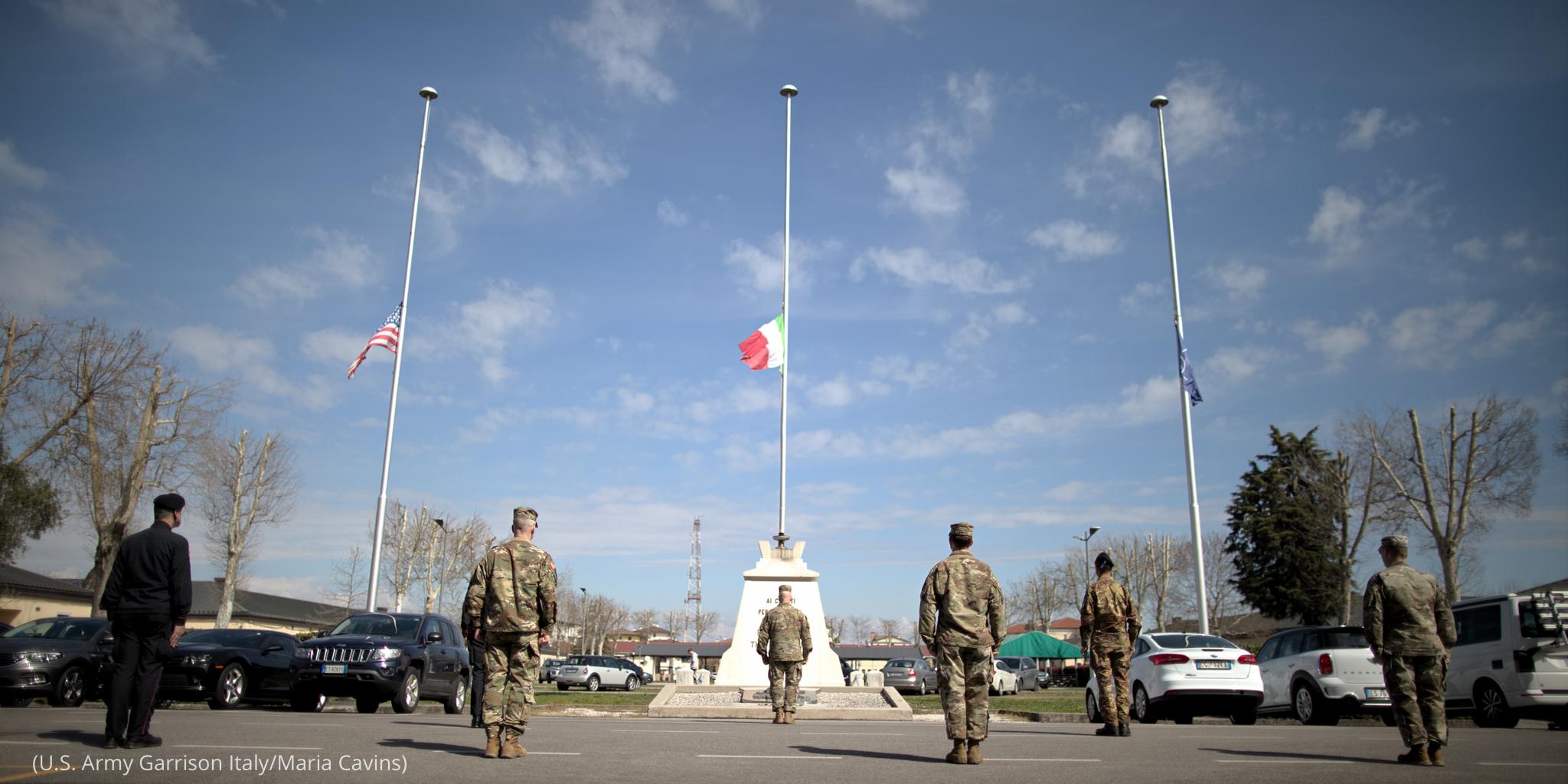 امریکی اور اطالوی فوجی کورونا وائرس سے ہلاک ہونے والوں کی یاد میں منعقد کی جانے والی ایک تقریب میں۔ (U.S. Army Garrison Italy/Maria Cavins)