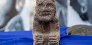 Efigie de piedra sobre tela azul (Embajada de EE. UU. en Puerto Príncipe/Kisley Jeannot)