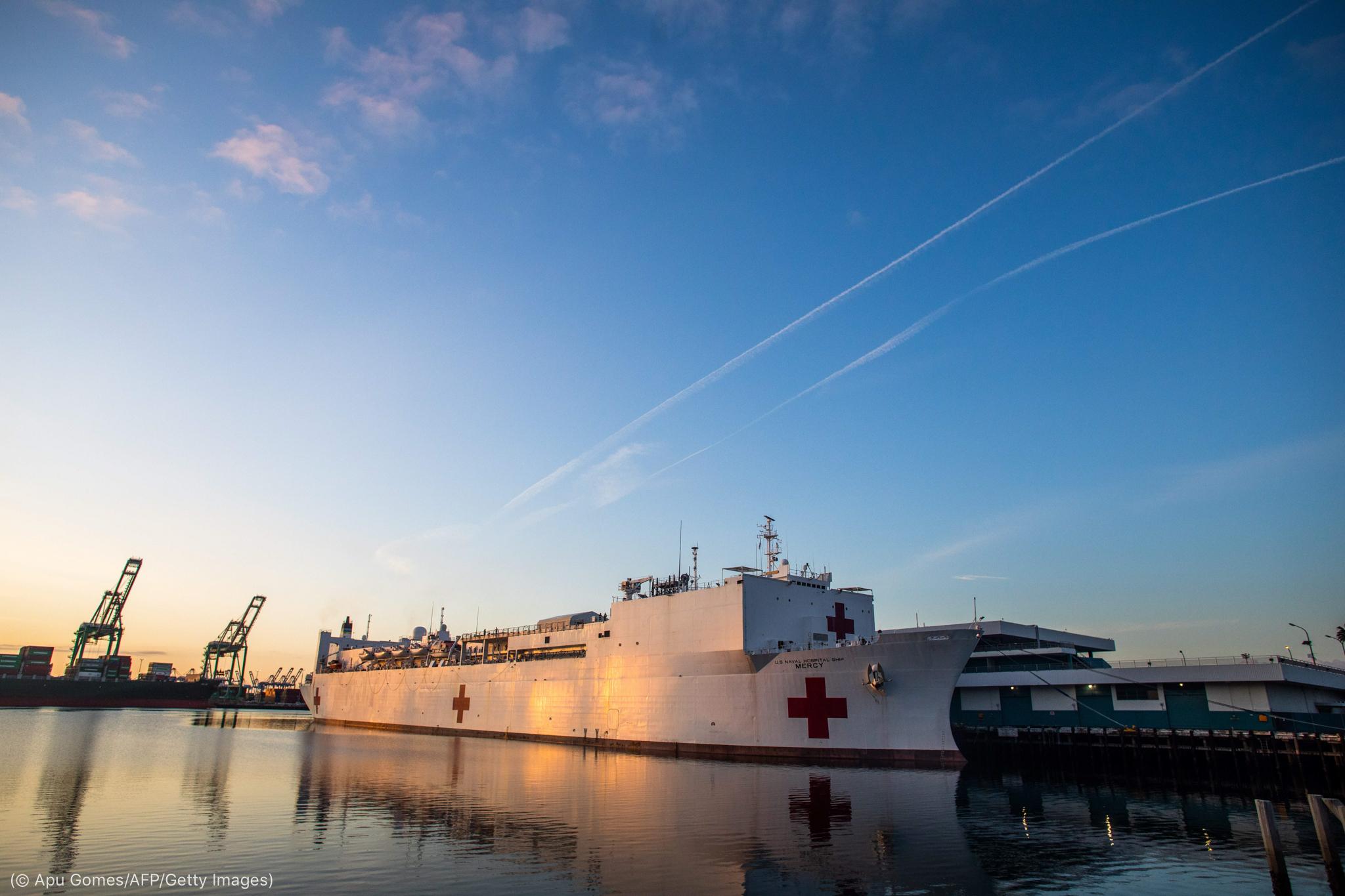 سورج طلوع ہونے کے وقت بندرگاہ پر کھڑا ایک جہاز۔ (© APU GOMES/AFP/Getty Images)