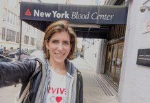 Wanita berfoto diri di depan Pusat Darah New York (© Diana Berren