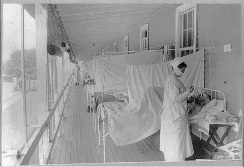 1918年西班牙流感爆发期间,首都华盛顿特区的美军沃尔特里德医院(Walter Reed Hospital )里,护士在照顾病人(白宫历史网站/国会图书馆)