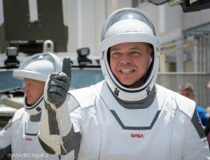 Astronauts walking toward spacecraft (NASA/Bill Ingalls)