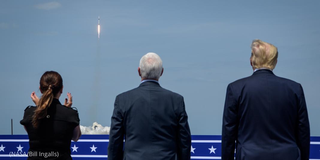 Mulher e dois homens assistindo lançamento de foguete (Nasa/Bill Ingalls)