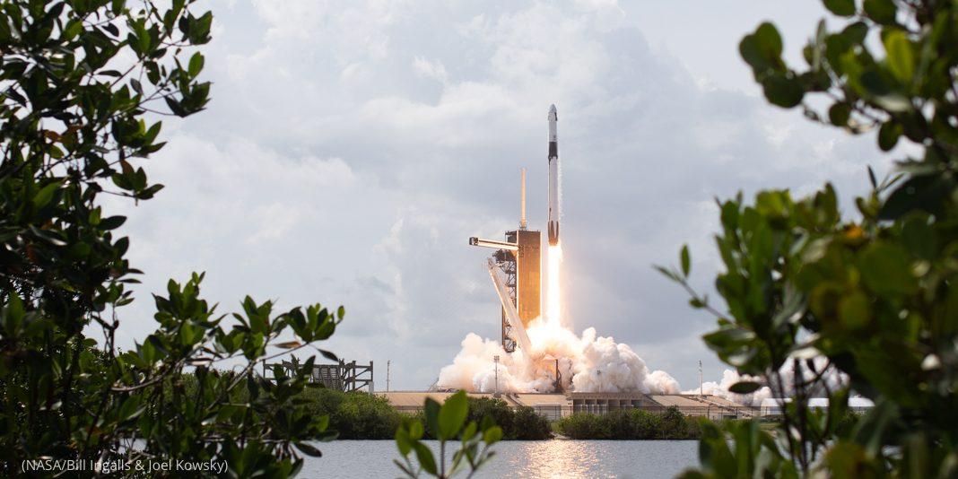 Foguete decolando de plataforma de lançamento (Nasa/Bill Ingalls e Joel Kowsky)