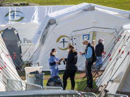 站在帐篷外的人(© Mary Altaffer/AP Images)