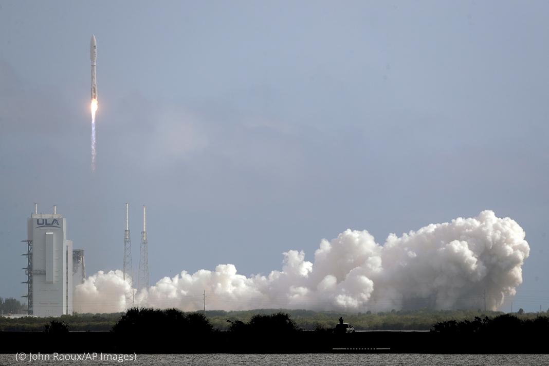 Sebuah roket meluncur dari darat (© John Raoux/AP Images)