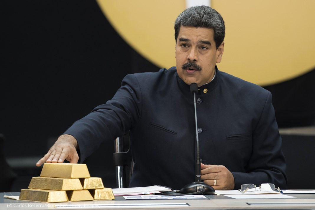 Nicolás Maduro tocando pilha de barras de ouro (© Carlos Becerra/Bloomberg/Getty Images)