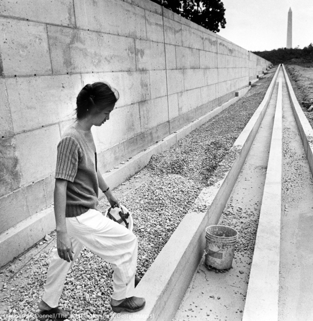 Mujer caminando en un sitio de construcción (© John McDonnell/The Washington Post/Getty Images)