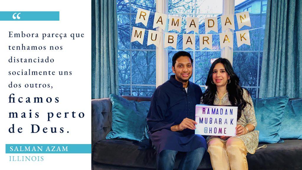 Foto de homem e mulher sentados em um sofá de uma sala com decorações do Ramadã, ao lado de citações sobre o Ramadã durante a Covid-19 (Foto: Cortesia de Salman Azam. Gráfico: Depto. de Estado/S. Gemeny Wilkinson)