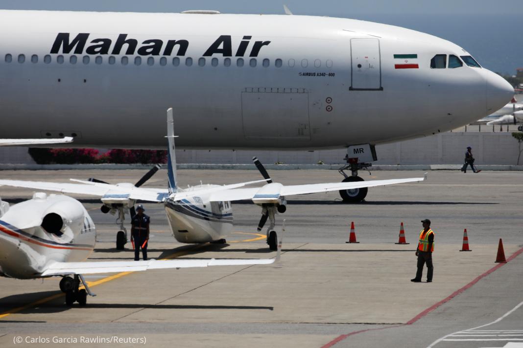 """Jato de carga parado em pista com as inscrições """"Mahan Air"""" na lateral (© Carlos Garcia Rawlins/Reuters)"""