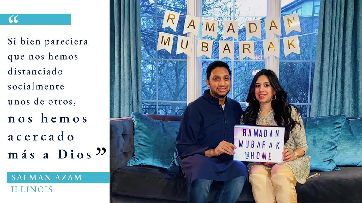 Foto de un hombre y una mujer sentados en un sofá en una sala con decoraciones de ramadán y una cita sobre ramadán durante COVID-19 (Foto cedida por Salman Azam. Gráfico: Depto. de Estado/S. Gemeny Wilkinson)